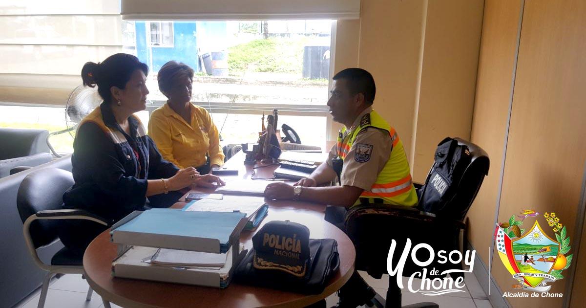 Municipio de Chone y Policía Nacional trabajan en el mantenimiento y seguridad de áreas verdes