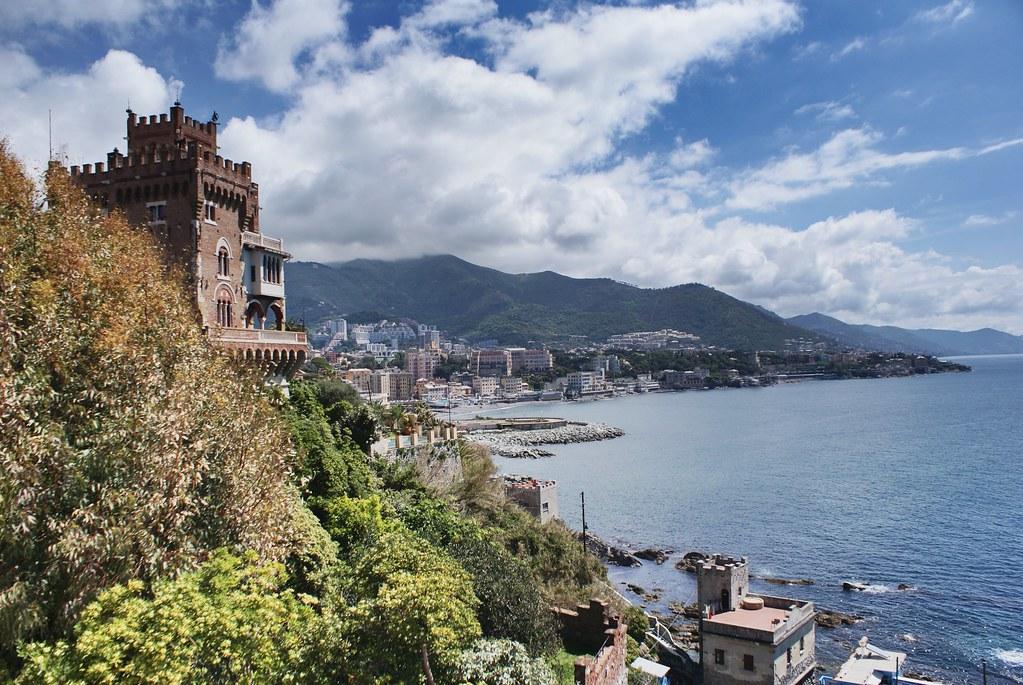 Le château de Türkecke de style art nouveau surplombe Boccadasse et tout au bout à droite Portofino.