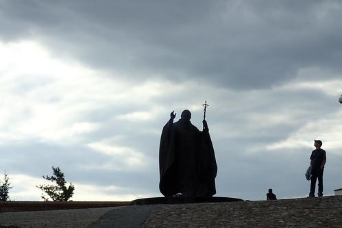 statue jeanpaulii nitra slovaquie nuages touristes buissons pavés montée