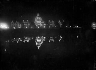 Night view of illuminated Parliament Buildings in Victoria, British Columbia, during royal visit of the Prince of Wales... / Vue nocturne des édifices illuminés du Parlement de la Colombie-Britannique, à Victoria, pendant la visite du prince de Galle