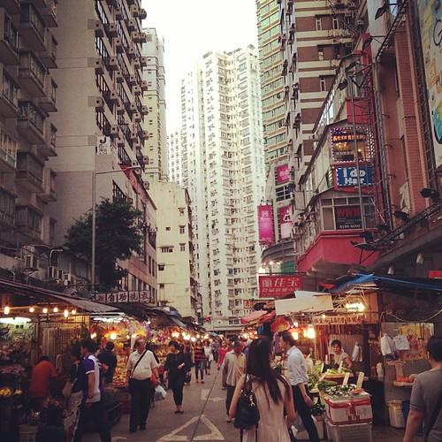 夕暮れ。ビルの谷間に。#hongkong