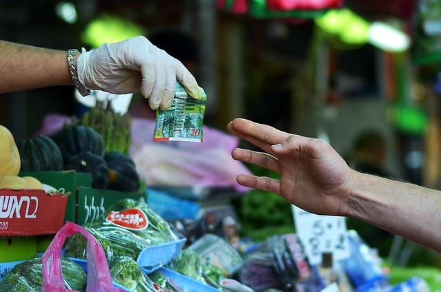 Pagando en un mercado con dinero