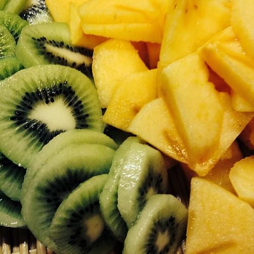 kiwi and persimmon. キウイと柿、干します。 本を読んでたら、柿もスライスして干してるのがあって、これでいいならわたしも出来るなって、挑戦です。