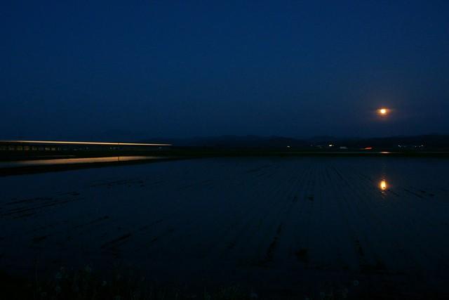 月が見つめるもの2