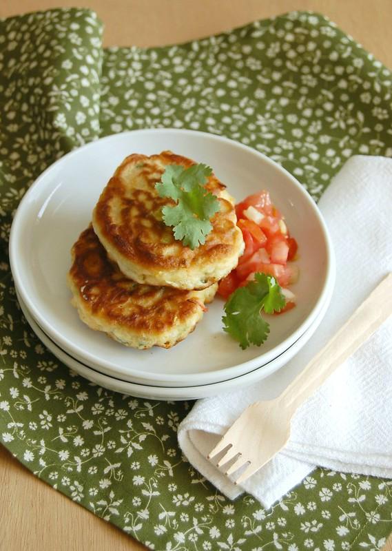 Corn fritters with tomato salsa / Panquequinhas de milho com salada de tomate