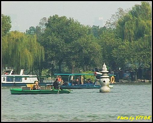 杭州 西湖 (其他景點) - 362 (西湖 湖上遊 往湖心亭 背景是小瀛洲上的三潭印月其中一個的石燈籠)