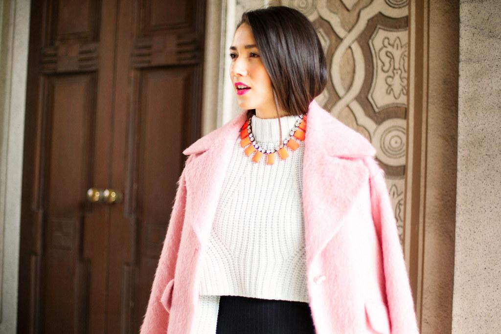 Haina roz Asos cu colier JCREW si pulover H&M Sweater stilist personal de moda Diana Enciu la Milano Fashion Week