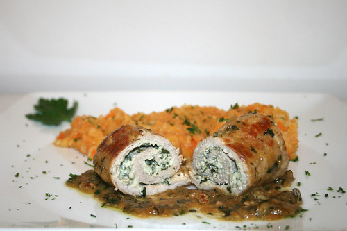 49 - Schnitzelröllchen mit Bärlauch-Frischkäse-Füllung - Querschnitt / Pork cutlet rolls stuffed with wild garlic and cream cheese - Lateral cut