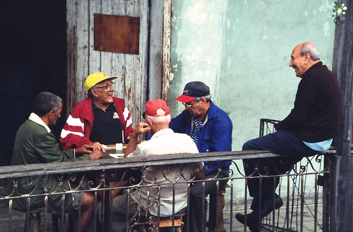 Tour du monde - Le défi du retour - Parti de dominos dans les rues de Santiago de Cuba