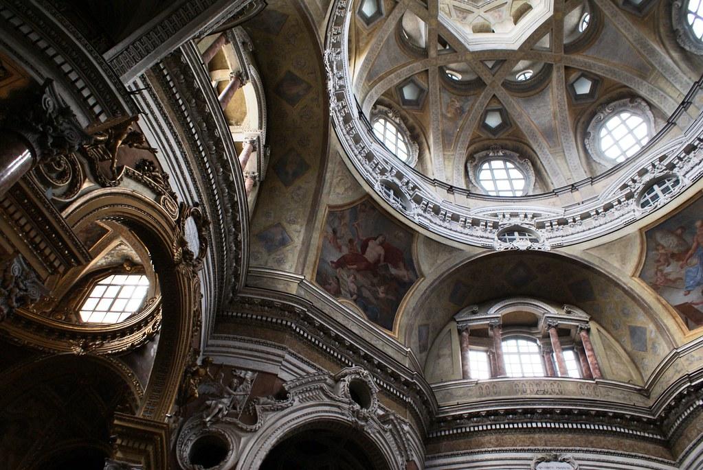 Richesse de la décoration intérieure de l'église San Lorenzo à Turin.