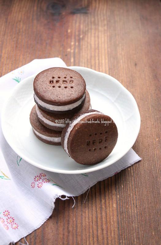 Biscotti al cacao farciti con mousse di fragole