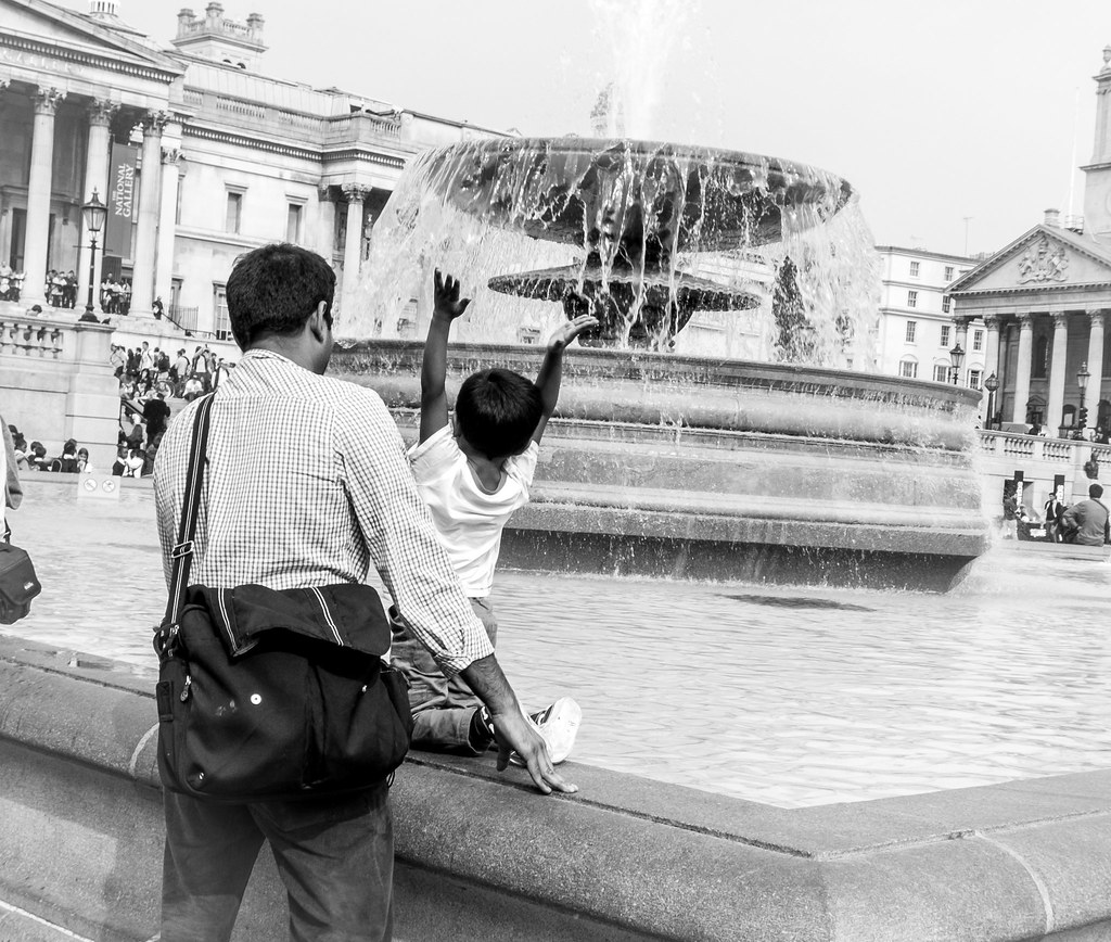 street photography, Trafalgar Square, london, Trafalgar, father, son, happy, fountain