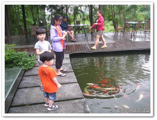 131012-和小朋友一起餵魚
