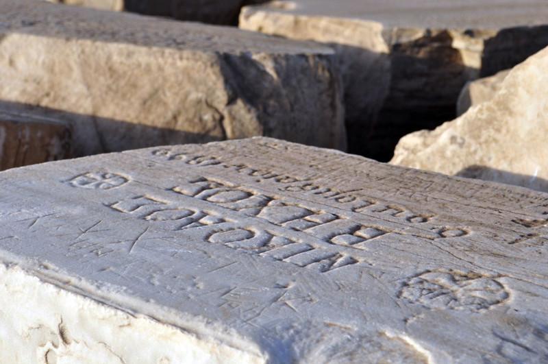 Inscripciones en los bloques de piedra del Templo de Poseidón Cabo Sounion - 12174009014 b5a69ff24f c - Cabo Sounion y el Templo de Poseidón