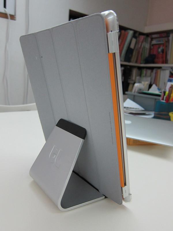 Bluelounge Mika - Holding iPad