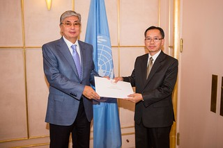 NEW PERMANENT REPRESENTATIVE OF LAO PEOPLE'S DEMOCRATIC REPUBLIC PRESENTS CREDENTIALS TO DIRECTOR-GENERAL OF UNOG