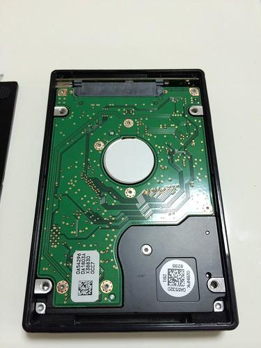 はずした内蔵HDDはハードディスクケースにこのようになるまで押し込む。