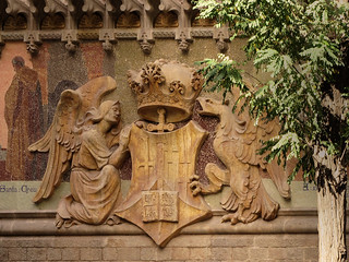 "Escultura del   emblema de los ""Hospitales Reunidos"" ....pero en donde??? Barcelona (Hospital de San Pablo)"