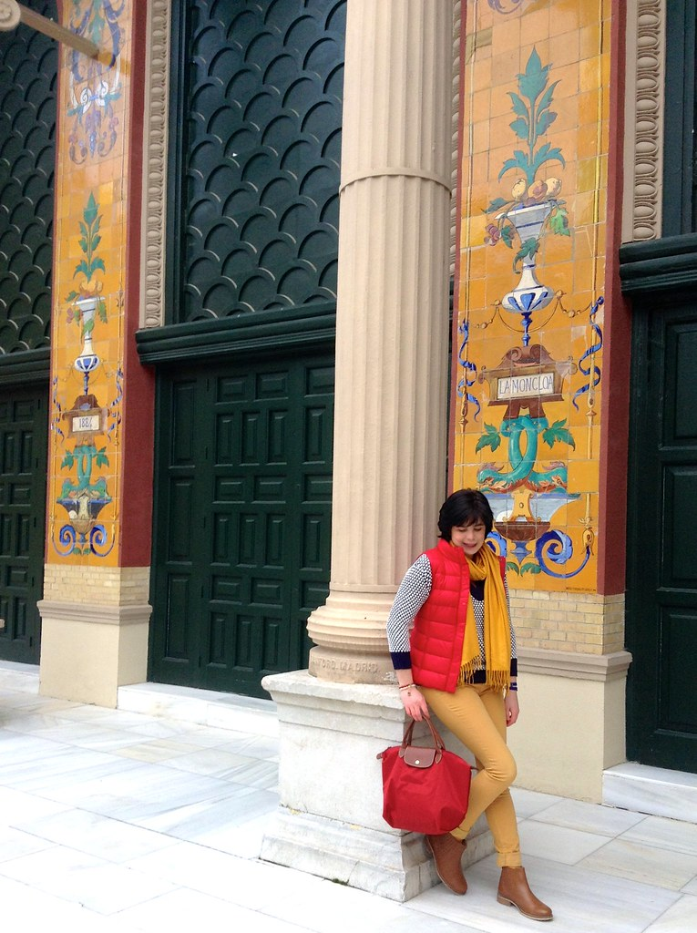 Palacio de Velázquez, Parque del Buen Retiro, Madrid, España - Spain: Red, blue and mustard Outfit of the Day (OOTD)