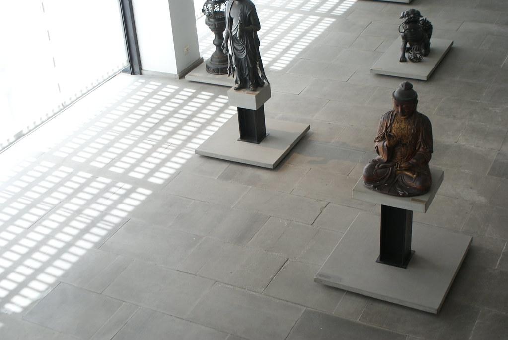 Collection de Bouddha dans l'atrium du musée d'art asiatique de Gênes.