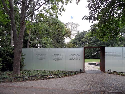 Denkmal für die im Nationalsozialismus ermordeten Sinti und Roma Europas Simsonweg, Berlin-Tiergarten, Juli 2013