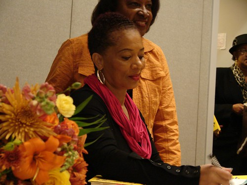 Terry McMillan signs books in Albuquerque
