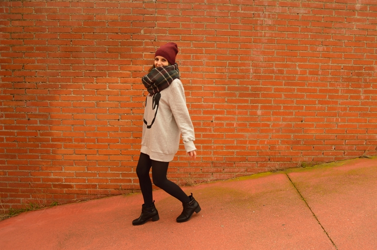 lara-vazquez-madlula-blog-burgundy-beanie-outfit-sweater-dress-casual