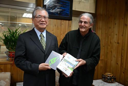 林務局局長李桃生與SAVE創辦人蘭迪‧赫斯特(Randolph Hester)相見歡,並致贈禮物。(圖片來源:中華鳥會)