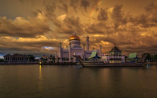 bandarseribegawan watervillage malaysia brunei masjidomaralisaifuddienmosque sunset bruneiriver borneo bruneimuara bn bark ship boat rainbow