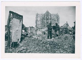 Duitse soldaten in de ruïnes van Beauvais, ca. juni 1940   German soldiers amidst the ruins of Beauvais, c. June 1940