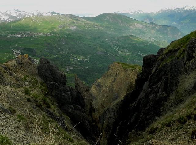 Le Corbier et La Toussuire à gauche des rochers escarpés