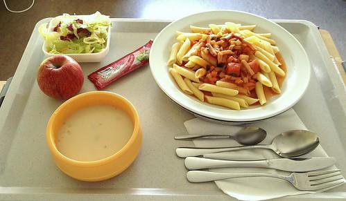 Kohlrabisuppe, Schinkennudeln & Salat / Kohlrabi soup, ham noodles & salad