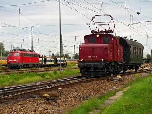 Die E69 005 fährt mit einem Wagen vom Landshuter Hauptbahnhof in das etwa einen Kilometer entfernte Betriebswerk.