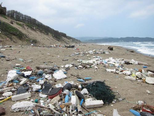 海漂垃圾布滿沙灘