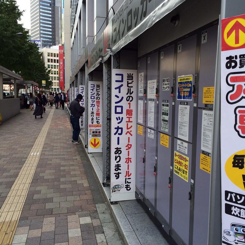 ビルの壁沿いにコインロッカー by haruhiko_iyota