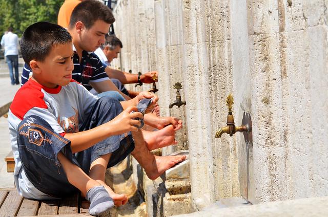 Preparación para la oración antes de entrar a la mezquita de Suleymaniye