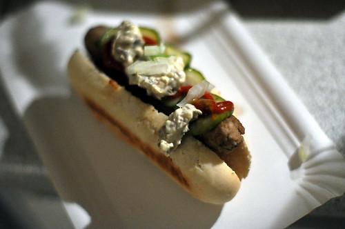 Hotdog: Brød med svampepølse, agurkesalat, sennep, ketchup og karl johan-remoulade