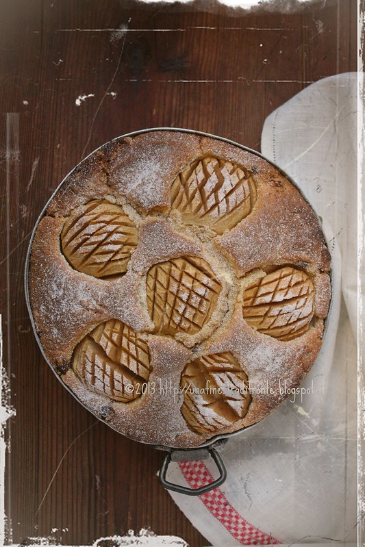 Torta di mele con farina di mais, uvetta, pinoli e vino bianco