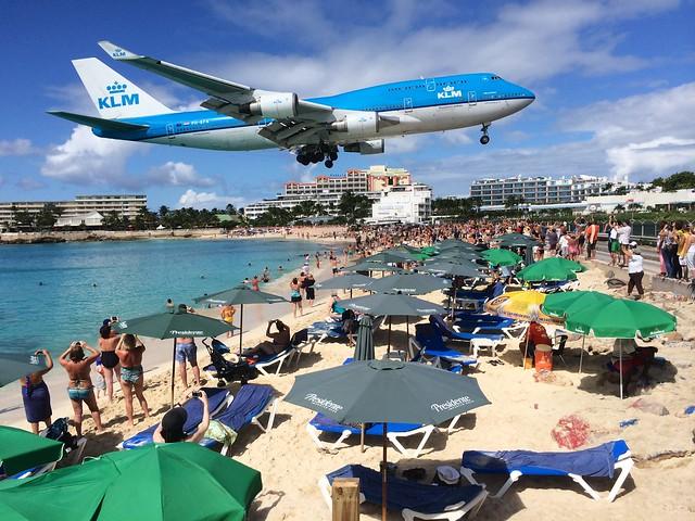 世界一危険なビーチ、とんでもない大迫力!飛行機が頭上間近を滑走する「マホビーチ」