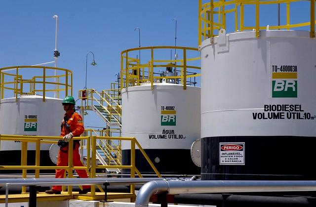 A crise que afeta o mercado do petróleo, com baixo valor do barril, provocou prejuízos nas mais importantes empresas do setor. - Créditos: Reprodução