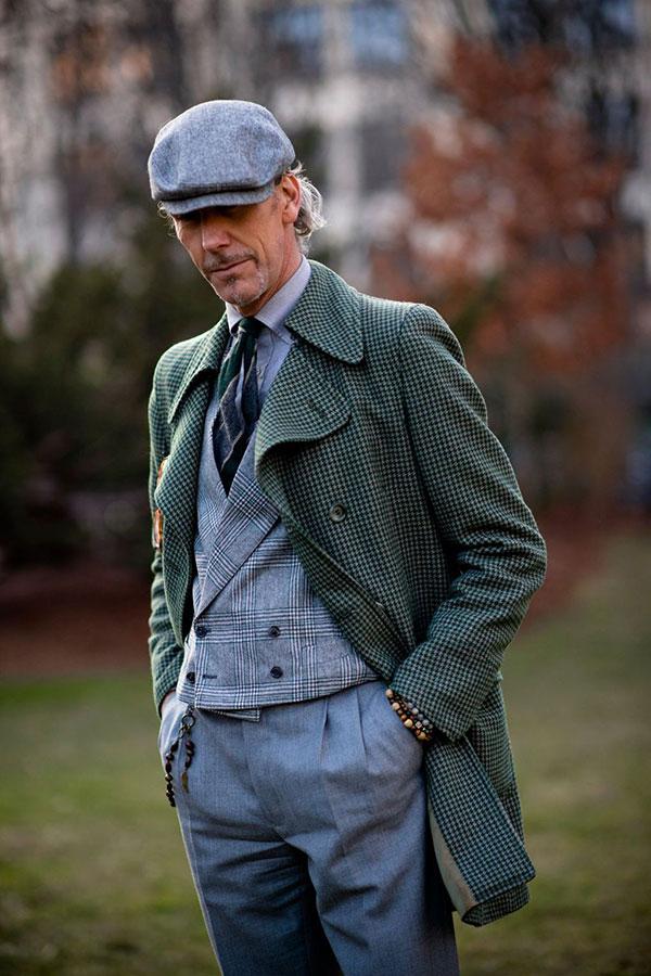 グレーハンチング×グリーンチェックコート×グレーシャツ×柄ネクタイ×グレンチェックダブルジレ×グレースラックス