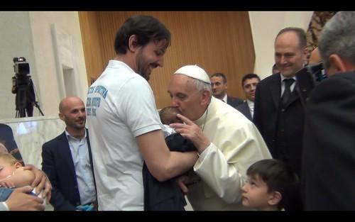 bacio papa a fiordaliso