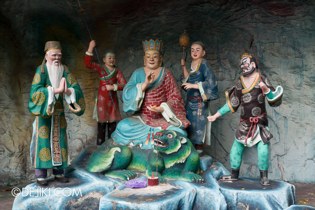Haw Par Villa - outside ten courts of hell 3