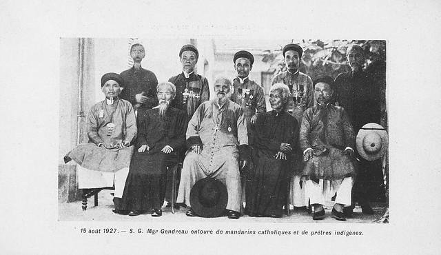 Hanoi 1927 - Giám mục Gendreau với các ông quan có đạo và các linh mục bản xứ