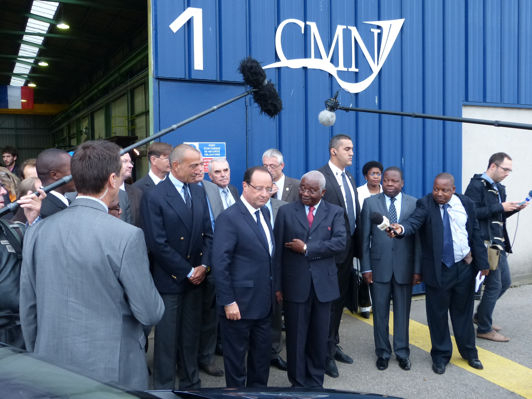 François Hollande et Armando Guebuza président du Mozambique avec les premiers morceaux de tôles décopés aux CMN
