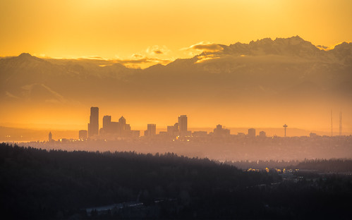 seattle city sunset orange mountains yellow fog canon buildings haze downtown day cityscape pacificnorthwest spaceneedle hazey 1610 olympicmountainrange canonef100400mmf4556lisusm canoneos5dmarkiii