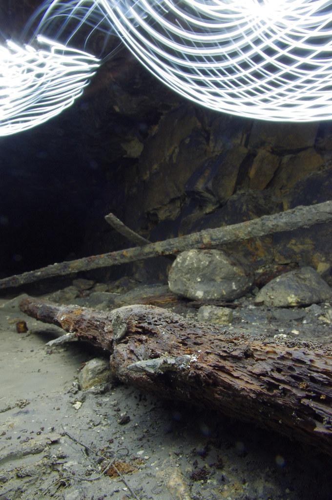 Силикаты_20140301_029 4П фрагмент деревянной шпалы с кованными гвоздями