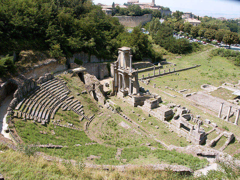 View of the Roman theater at Volterra. Jean-Christophe Benoist, Wikimedia Commons