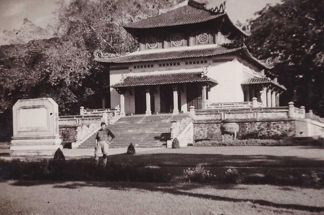 Saigon 1949 - Photo by Robert Tison - Đền kỷ niệm trong Thảo cầm viên
