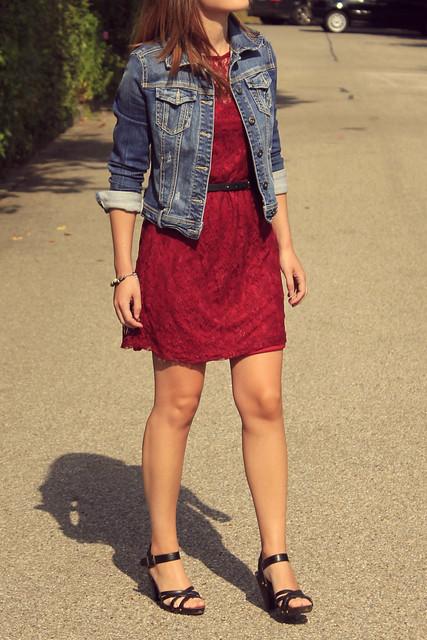 vestido rojo y cazadora vaquera